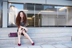 Νέα redhead συνεδρίαση επιχειρησιακών γυναικών στα σκαλοπάτια Στοκ Εικόνα