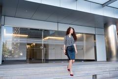 Νέα redhead συνεδρίαση επιχειρησιακών γυναικών στα σκαλοπάτια Στοκ φωτογραφία με δικαίωμα ελεύθερης χρήσης