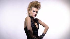 Νέα rocker κυρία με το τρελλό hairstyle που σχηματίζει αψίδα την πίσω θέτοντας, σε αργή κίνηση φιλμ μικρού μήκους