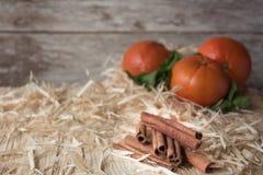 Νέα tangerines έτους ` s σε ένα ξύλινο πιάτο Στοκ Εικόνα