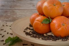 Νέα tangerines έτους ` s σε ένα ξύλινο πιάτο Στοκ Φωτογραφία