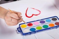 Νέα watercolors ζωγραφικής γυναικών Στοκ εικόνες με δικαίωμα ελεύθερης χρήσης
