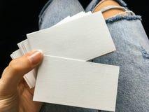 Νέες άσπρες κενές επαγγελματικές κάρτες εκμετάλλευσης γυναικών με τη σύσταση εγγράφου Στοκ φωτογραφία με δικαίωμα ελεύθερης χρήσης