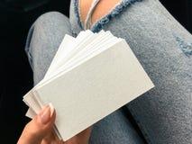 Νέες άσπρες κενές επαγγελματικές κάρτες εκμετάλλευσης γυναικών με τη σύσταση εγγράφου Στοκ φωτογραφίες με δικαίωμα ελεύθερης χρήσης