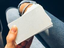 Νέες άσπρες κενές επαγγελματικές κάρτες εκμετάλλευσης γυναικών με τη σύσταση εγγράφου Στοκ Εικόνα