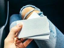 Νέες άσπρες κενές επαγγελματικές κάρτες εκμετάλλευσης γυναικών με τη σύσταση εγγράφου Στοκ Εικόνες