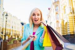 Νέες αγορές γυναικών υπαίθριες παίρνοντας ένα selfie ή μια αυτοπροσωπογραφία με το τηλέφωνο κυττάρων τους Στοκ εικόνες με δικαίωμα ελεύθερης χρήσης