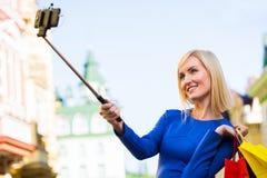 Νέες αγορές γυναικών υπαίθριες παίρνοντας ένα selfie ή μια αυτοπροσωπογραφία με το τηλέφωνο κυττάρων τους Στοκ εικόνα με δικαίωμα ελεύθερης χρήσης