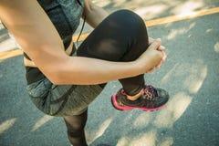 Νέες γυναίκες ικανότητας που προετοιμάζονται να τρέξει στην οδό Στοκ φωτογραφία με δικαίωμα ελεύθερης χρήσης