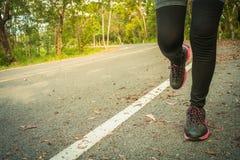 Νέες γυναίκες ικανότητας που τρέχουν στο δρόμο Στοκ Φωτογραφίες