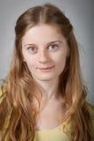 Νέες γυναίκες με καφετή μακρυμάλλη Στοκ Φωτογραφίες