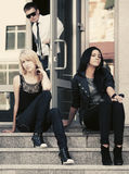 Νέες γυναίκες μόδας που κάθονται στα βήματα Στοκ Φωτογραφίες