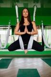 Νέες γυναίκες πορτρέτου που κάνουν τις ενάντιες στη βαρύτητα ασκήσεις γιόγκας Εναέριος εκπαιδευτής ικανότητας μυγών aero workout  Στοκ Εικόνα