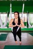 Νέες γυναίκες πορτρέτου που κάνουν τις ενάντιες στη βαρύτητα ασκήσεις γιόγκας Εναέριος εκπαιδευτής ικανότητας μυγών aero workout  Στοκ Εικόνες