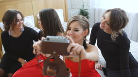 Νέες γυναίκες που έχουν τη διασκέδαση, το οινόπνευμα ποτών και τη φωτογράφιση selfie στην αναδρομική κάμερα στο εγχώριο κόμμα απόθεμα βίντεο