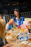 Νέα γυναίκα που λαμβάνει τα δώρα για τα γενέθλιά της Στοκ φωτογραφία με δικαίωμα ελεύθερης χρήσης