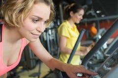 Νέες γυναίκες που εκπαιδεύουν στη γυμναστική Στοκ Φωτογραφία