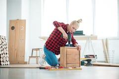 Νέες γυναίκες που επισκευάζουν τα έπιπλα στο σπίτι στοκ φωτογραφία με δικαίωμα ελεύθερης χρήσης