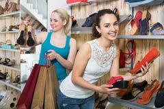Νέες γυναίκες που επιλέγουν τα παπούτσια Στοκ εικόνες με δικαίωμα ελεύθερης χρήσης