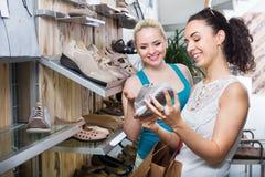 Νέες γυναίκες που επιλέγουν τα παπούτσια Στοκ Φωτογραφίες