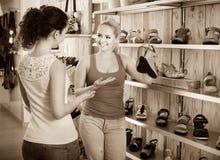 Νέες γυναίκες που επιλέγουν τα παπούτσια Στοκ εικόνα με δικαίωμα ελεύθερης χρήσης