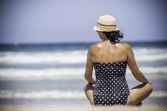 Νέες γυναίκες που κάθονται και που χαλαρώνουν στην παλιή τροπική παραλία στοκ εικόνες με δικαίωμα ελεύθερης χρήσης