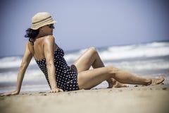 Νέες γυναίκες που κάθονται και που χαλαρώνουν στην παλιή τροπική παραλία στοκ εικόνα με δικαίωμα ελεύθερης χρήσης