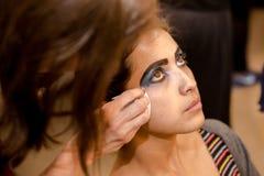 Νέες γυναίκες που κάνουν makeup, ντεμοντέ backstabber στοκ εικόνα
