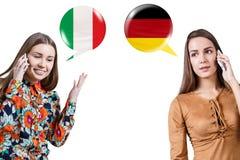 Νέες γυναίκες που μιλούν στο τηλέφωνο στοκ φωτογραφία με δικαίωμα ελεύθερης χρήσης