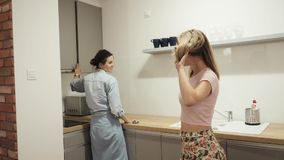 Νέες γυναίκες που στέκονται τις φίλες που μιλούν στην κουζίνα απόθεμα βίντεο