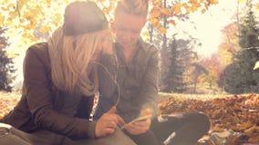 Νέες γυναίκες που χαλαρώνουν με το φίλο στο πάρκο φιλμ μικρού μήκους