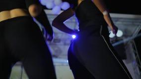 Νέες γυναίκες που χορεύουν στη λέσχη disco, θηλυκός γάιδαρος που χορεύει στη σε αργή κίνηση τη νύχτα λέσχη, νυχτερινή ζωή, προκλη απόθεμα βίντεο