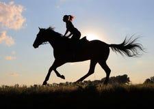 Νέες γυναίκες σκιαγραφιών που οδηγούν το άλογο Στοκ φωτογραφίες με δικαίωμα ελεύθερης χρήσης