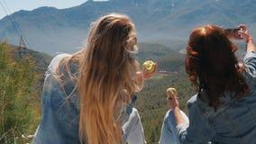 Νέες γυναίκες στην άποψη που απολαμβάνουν το όμορφο τοπίο απόθεμα βίντεο