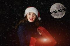 Νέες γυναίκες στις εξαρτήσεις Χριστουγέννων στοκ εικόνα