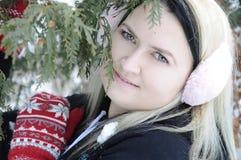 Νέες γυναίκες στο δάσος χιονιού Στοκ φωτογραφία με δικαίωμα ελεύθερης χρήσης
