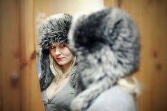 Νέες γυναίκες στο καπέλο γουνών στοκ εικόνα με δικαίωμα ελεύθερης χρήσης