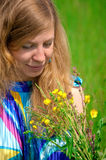 Νέες γυναίκες στο λιβάδι με τα λουλούδια Στοκ Φωτογραφία