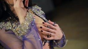 Νέες γυναίκες brunette που εκτελούν το φυλετικό χορό χορού κοιλιών μέσα φιλμ μικρού μήκους