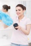 Νέες γυναικείες πράξεις όπως τον καθαρισμό του αντικείμενο-γυαλιού Στοκ εικόνες με δικαίωμα ελεύθερης χρήσης