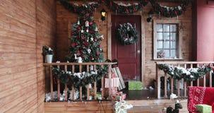 Νέες διακοσμήσεις έτους με το μέρος του χριστουγεννιάτικου δέντρου σπιτιών και το μέρος των κιβωτίων δώρων απόθεμα βίντεο