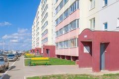 Νέες είσοδοι των νέων κτηρίων στην περιοχή κήπων της πόλης Cheboksary, Chuvash Δημοκρατία, Ρωσία 05/04/2016 Στοκ εικόνες με δικαίωμα ελεύθερης χρήσης