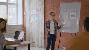 Νέες εκπαιδευμένες συζητήσεις κοριτσιών για τον πιό πρόσφατο πίνακα προγράμματος Μοντέρνη τάξη στο πανεπιστήμιο 4K φιλμ μικρού μήκους