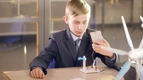 Νέες εξεταστικές ηλιακά πλαίσια σχολικών αγοριών και γεννήτρια αέρα στο σχολικό εργαστήριο απόθεμα βίντεο