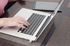 Νέες εργασίες γυναικών για το σημειωματάριο στο σπίτι στοκ εικόνα με δικαίωμα ελεύθερης χρήσης