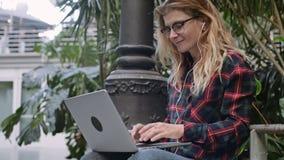 Νέες εργασίες σπουδαστών ή επιχειρησιακών γυναικών για το lap-top απόθεμα βίντεο