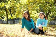 Νέες ευτυχείς γυναίκες στη φυσική ανασκόπηση φθινοπώρου Στοκ εικόνες με δικαίωμα ελεύθερης χρήσης