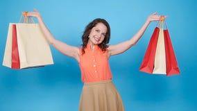 Νέες ευτυχείς τσάντες αγορών γυναικών φέρνοντας απόθεμα βίντεο
