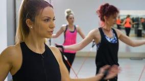 Νέες ελκυστικές γυναίκες που τεντώνουν στην κατηγορία αερόμπικ στη γυμναστική απόθεμα βίντεο