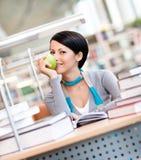 Νέες θηλυκές μελέτες που κάθονται στο γραφείο στοκ εικόνες με δικαίωμα ελεύθερης χρήσης